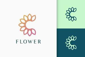 flor ou logotipo da natureza em iniciais ou em formato de letra C para spa e beleza vetor