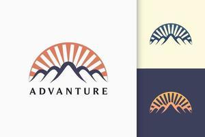 logotipo da montanha ou aventura em moderno para exploração ou expedição vetor