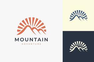 modelo de logotipo de caminhada ou escalada em formato de montanha moderno vetor