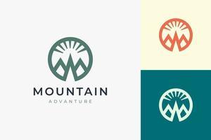 modelo de logotipo de caminhada ou escalada em formato de montanha simples e moderno vetor
