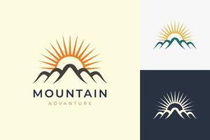 modelo de logotipo de caminhada ou escalada em moderno com formato de montanha e sol vetor
