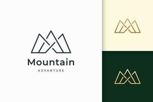 o logotipo da montanha para caminhada ou escalada representa aventura ou sobrevivência vetor