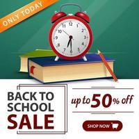 liquidação de volta às aulas, banner verde com livros escolares e despertador vetor