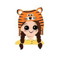 garota com olhos grandes e sorriso com fantasia de chapéu de tigre para o ano novo vetor