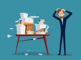 O homem de negócios é tabela próxima com a pilha de papéis e de originais do escritório.
