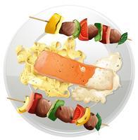 Filé de salmão e macarrão com dois churrasco de carne no prato