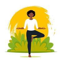 mulher afro-americana fazendo ioga na natureza deixa o plano de fundo. ilustração vetorial em estilo simples vetor