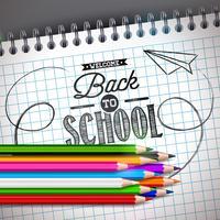 De volta ao projeto da escola com lápis colorido e notebook em fundo cinza