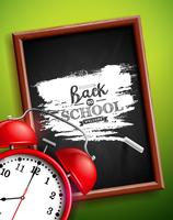 De volta ao projeto da escola com rotulação do despertador, do quadro-negro e da tipografia no fundo verde. Ilustração vetorial para cartão, banner, panfleto, convite, folheto ou cartaz promocional. vetor