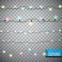Brilhantes luzes de Natal realistas isolaram elementos de design em fundo transparente. Decorações de guirlandas de Natal para cartão de férias.