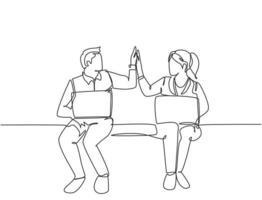 um desenho de linha de homem de negócios jovem casal feliz e mulher de negócios abrindo seu laptop e dando mais cinco gestos. conceito de trabalho em equipe de negócios. ilustração em vetor desenho desenho em linha contínua