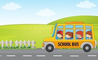 Crianças andam de ônibus escolar vetor