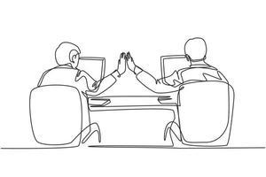 um desenho de linha contínua de dois jovens empresários felizes cumprimentando-os quando souberam que o projeto estava funcionando perfeitamente. conceito de trabalho em equipe de negócios na moda linha única desenhar design gráfico ilustração vetorial vetor