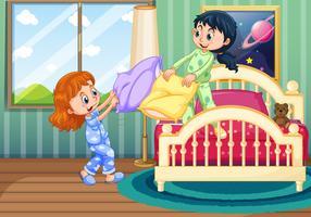 Duas meninas jogam travesseiro lutando no quarto