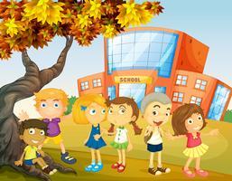 Crianças saindo no campus da escola