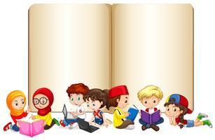 Livro em branco com crianças trabalhando e lendo vetor