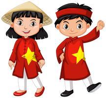 Menino vietnamita e garota em traje vermelho