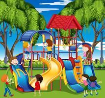 Crianças brincam no slide no playground