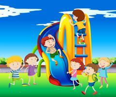 Muitas crianças brincando no slide vetor