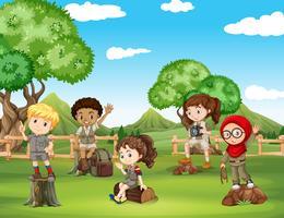 Crianças, tendo divertimento, em, a, campo vetor