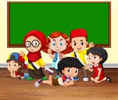 Muitas crianças na sala de aula