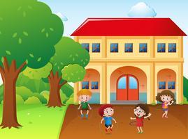 Quatro crianças hulahoop e pular corda na escola