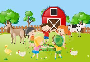 Crianças de mãos dadas em círculo na fazenda