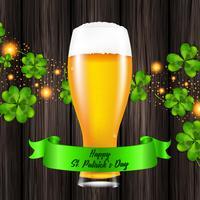 Ilustração vetorial para o dia de São Patrício. Realista copo de cerveja em um fundo de madeira