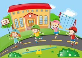 Crianças rollerskating na estrada