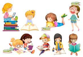 Um conjunto de crianças estuda sobre fundo branco