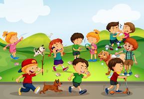 Muitas crianças brincando no campo vetor