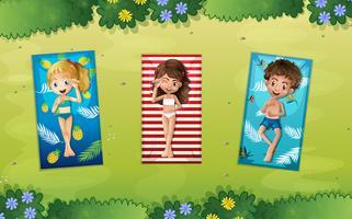 Três crianças, deitando, parque vetor