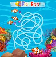 Modelo de jogo de labirinto de peixe subaquático vetor