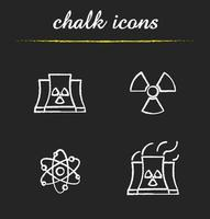 conjunto de ícones de giz de energia atômica. usina nuclear com símbolos de fumaça, radiação e átomo. ilustrações vetoriais isoladas em quadro-negro vetor