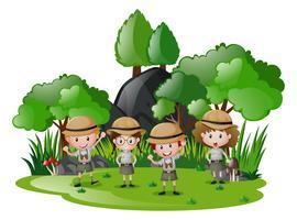 Quatro crianças, em, safari, equipamento, tendo divertimento, em, a, floresta vetor