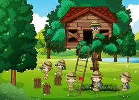 Escoteiros brincando na casa da árvore vetor