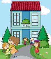 Crianças na frente da casa simples vetor