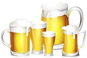 Cinco copos de cerveja fresca vetor
