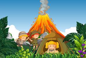 Acampamento de crianças acampamento ao lado do vulcão vetor
