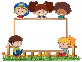 Modelo de placa com cinco filhos no jardim