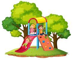 As crianças brincam de slide no playground vetor