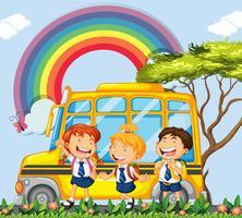 Alunos em pé ao lado do ônibus escolar vetor