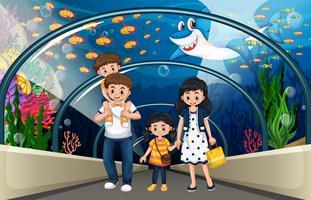Uma família no aquário do mar