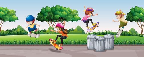 Quatro crianças, skateboarding, parque vetor