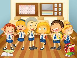 Crianças de uniforme na sala de aula
