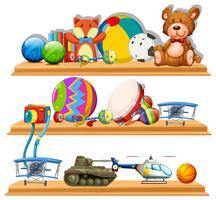 Diferentes tipos de brinquedos nas prateleiras de madeira