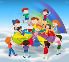Muitas crianças pulando no tapete colorido