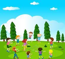 Crianças felizes brincando de amarelinha no parque