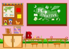 Sala de aula elementar com placa e cadeiras