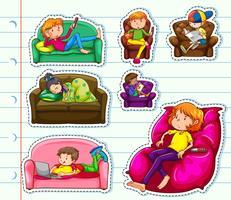 Design de etiqueta com as pessoas no sofá vetor